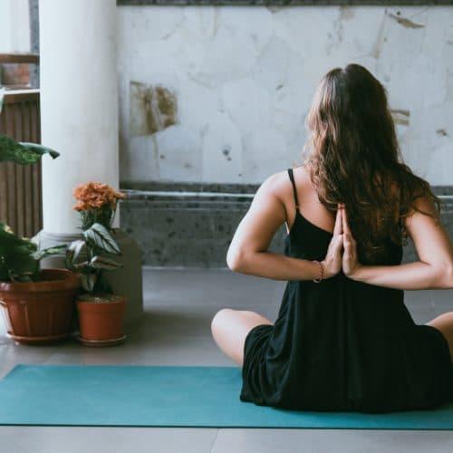 Vrouw yoga op mat