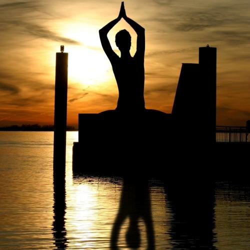 yoga pose bij zonsondergang